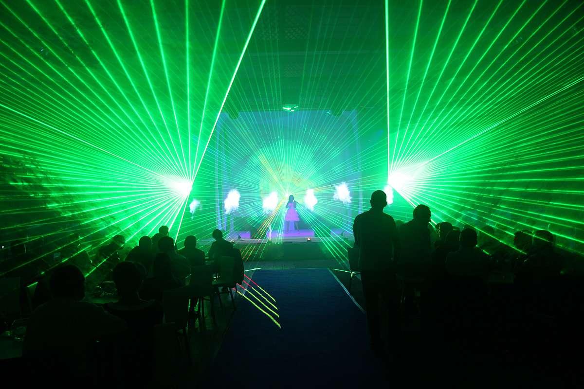 Kasia Szubert wśród laserów i wodnoogniowych fontann